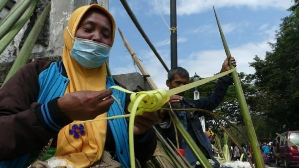 Jelang Tradisi Syawalan, Pedagang Janur Ketupat Menjamur di Jalur Pantura Demak