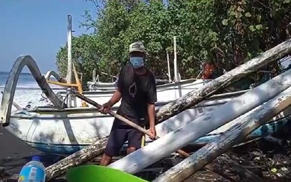 Puluhan Perahu dan Rompok Nelayan di Karangasem Rusak Dihantam Ombak