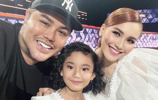 Ivan Gunawan Foto Bareng Ayu Ting Ting dan Bilqis, Netizen: Semoga Jadi Keluarga
