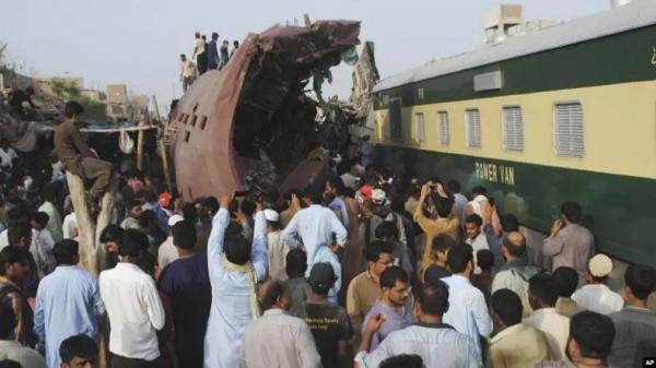 Dua Kereta Bertabrakan, 25 Orang Tewas dan Ratusan Terluka