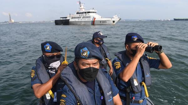 KPLP Patroli di Perbatasan Kepulauan Riau dan Singapura