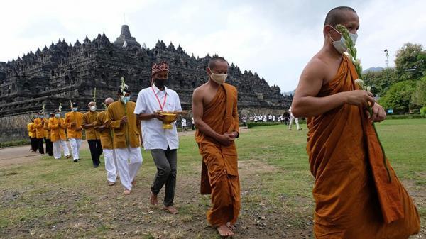Ritual Uposatha Mandala Puja, Umat Buddha Kelilingi Candi Borobudur
