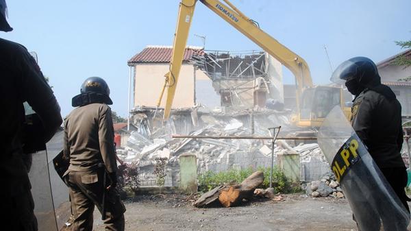 Tidak Memiliki Izin IMB, Kontrakan 4 Lantai Dibongkar Satpol PP Bogor