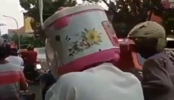 Viral Pengendara Motor Pakai Helm Magic Com, Netizen Ngakak