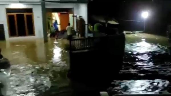 Tanggul Sungai Cisunggalah Jebol, Ratusan Rumah di Solokan Jeruk Bandung Terendam