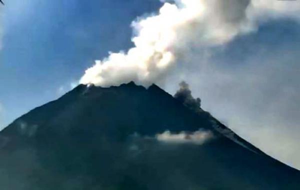 Gunung Merapi Luncurkan Awan Panas guguran sejauh 1,6 Kilometer