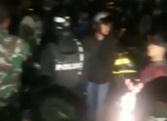 Video Pria di Tasikmalaya Serang Rumah Mantan Pacar dengan Golok