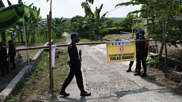 Puluhan Brimob Mabes Polri Jaga Ketat Desa Bantengan Madiun yang Dikarantina
