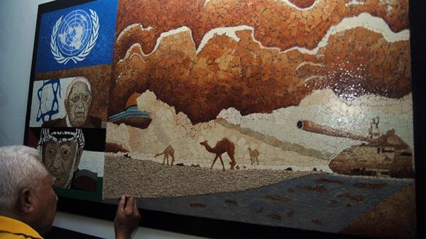Pria Ini Membuat Lukisan Bertema Palestina dari Limbah Cangkang Telur