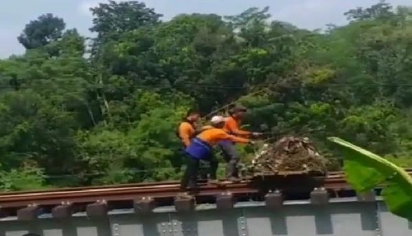 Viral, Petugas Rel Kereta Api Buang Sampah ke Bantaran Sungai, Ini Penjelasan KAI