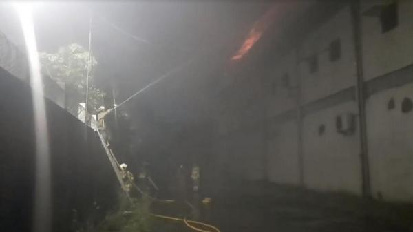 Pabrik Percetakan di Kawasan Industri Pulogadung Terbakar