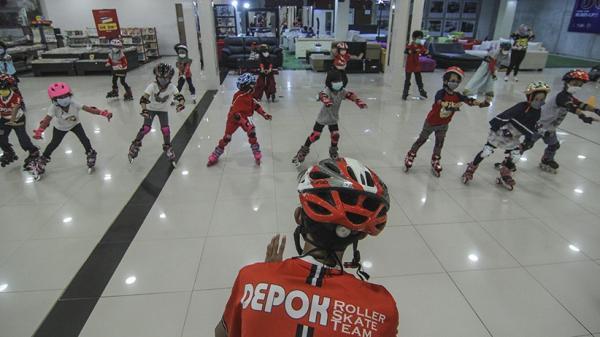Tingkatkan Kemampuan, Anak-Anak Berlatih Sepatu Roda di Pusat Perbelanjaan