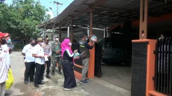 73 Warga Desa Kihiyang yang Tengah Isolasi Dapat Sembako dari Satgas Covid-19 Binong