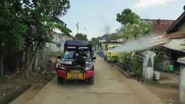 Aparat Polres Jepara Gelar Penyemprotan Disinfektan di Permukiman Penduduk