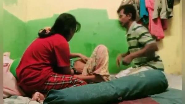 Viral Video Ibu di Purwakarta Melahirkan Dibantu Suami dan Anak
