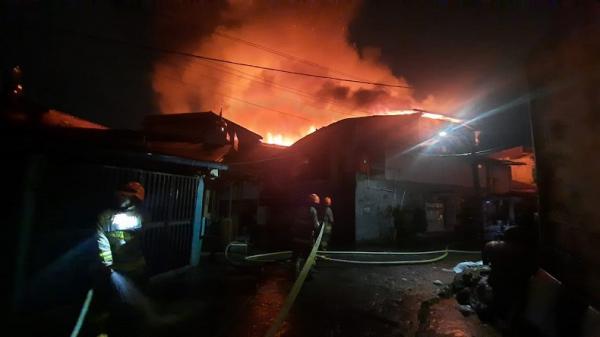 Kobaran Api Lumat Rumah di Jalan Astanaanyar Kota Bandung
