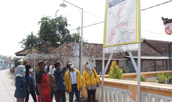 Edukasi Masyarakat, Mahasiswa KKN Unitomo Sebar Peta Rawan Bencana di Sidoarjo