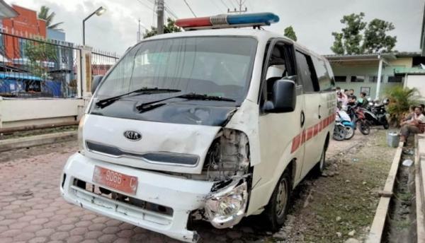 Terobos Lampu Merah, Ambulans Tabrak Innova di Meulaboh