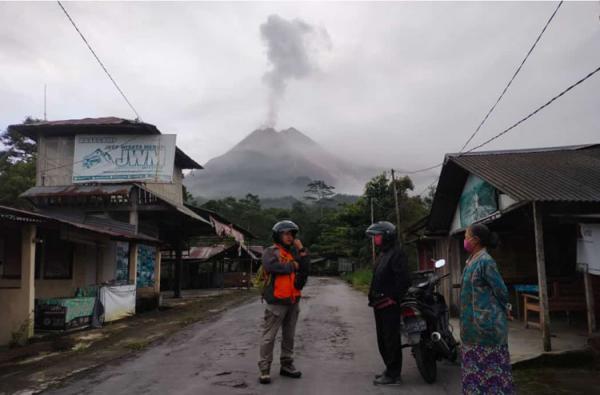 Merapi Muntahkan Wedus Gembel Sejauh 3 Kilometer, Hujan Abu Guyur Cangkringan dan Pakem