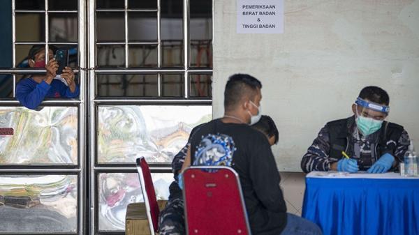 Peminat Banyak, Sebagian Warga Tak Kebagian Antrean Vaksinasi Covid-19 di GOR Ciracas