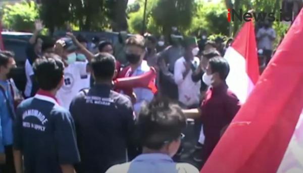 Video Mahasiswa Blokade Jalan Tolak Kedatangan Pimpinan KPK di NTB
