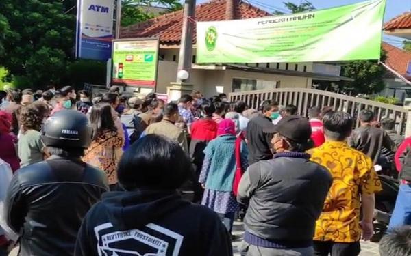 Viral Video Ratusan Pelaku Usaha Pelanggar PPKM Berkerumun di PN dan Kejari Bandung
