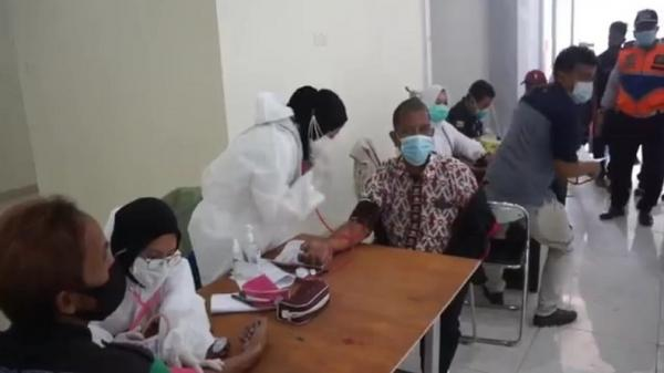 Petugas dan Sopir Bus di Terminal Leuwipanjang Bandung Disuntik Vaksin