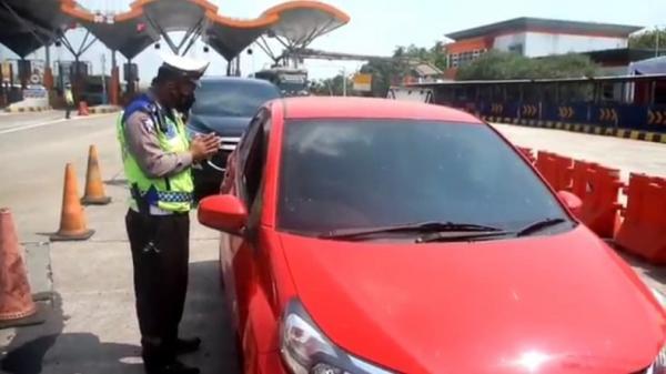 Nekat Mudik, 27 Kendaraan dari Jakarta Diputar Balik di GT Palimanan Cirebon