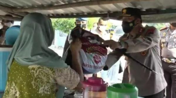 Polda Jateng Salurkan Sembako untuk Warga di Kawasan Wisata Religi di Demak