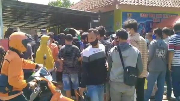 Ratusan Warga di Kota Cirebon Nekat Berdesakan demi BST Rp600.000