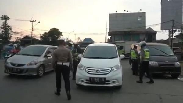 PPKM Level 4, Puluhan Mobil dari Jabodetabek Dihalau di Gerbang Tol Padalarang Timur