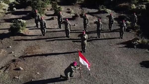Para Pendaki Brigade Infanteri 1 Marinir Kibarkan Merah Putih di 3 Puncak Gunung Tertinggi Tanah Pasundan
