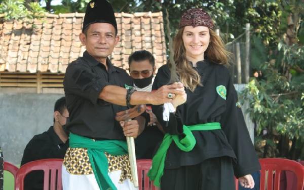 Cerita Bule Cantik Siberia Ceu Nena Jatuh Cinta kepada Indonesia, Belajar Pencak Silat ke Kuningan