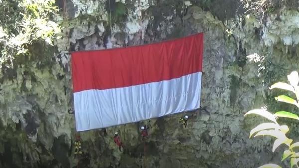 Aksi Ekstrem 4 Srikandi di Pacitan Bergelayutan di Goa Kibarkan Merah Putih Raksasa