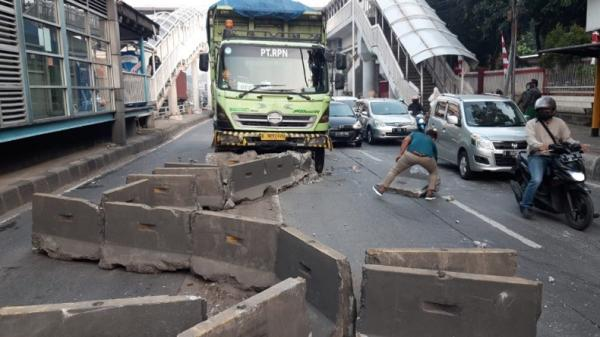 Truk Hino Tabrak Pembatas Jalur Bus Transjakarta di Tomang, Lalu Lintas Padat
