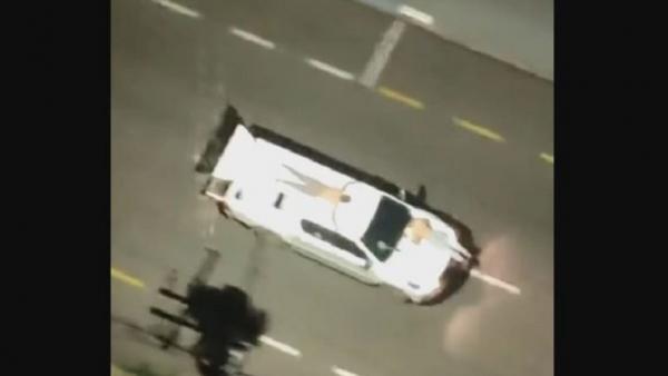 Sadis, Puluhan Perampok Bank Ikat Sandera di Atas Kap Mobil sebagai Tameng