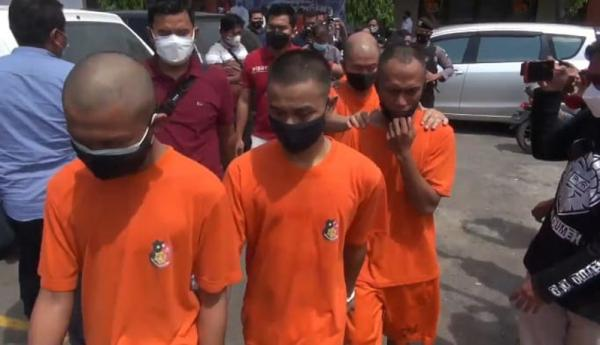 Polisi Gerebek Gudang Pengemasan Oli Palsu di Brebes, 3 Pengedar Ditangkap