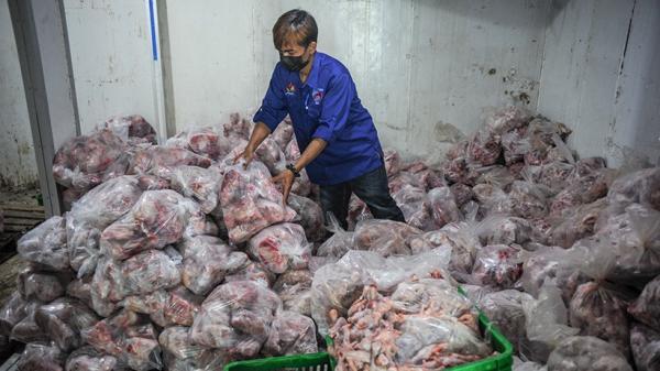 Penyaluran 5.000 Paket Ayam Segar untuk Warga Terdampak Pandemi