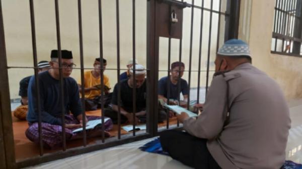 Masya Allah, Personel Polres Kolaka Ajari Tahanan Mengaji di Sel Penjara