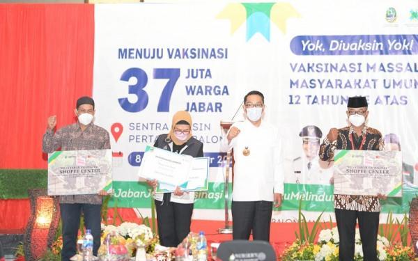 Ridwan Kamil Bagikan Ratusan Laptop untuk 309 BUMDes di Indramayu