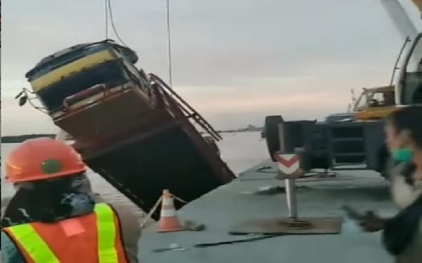 Video Detik-Detik Evakuasi Truk Fuso Tercebur di Sungai Barito