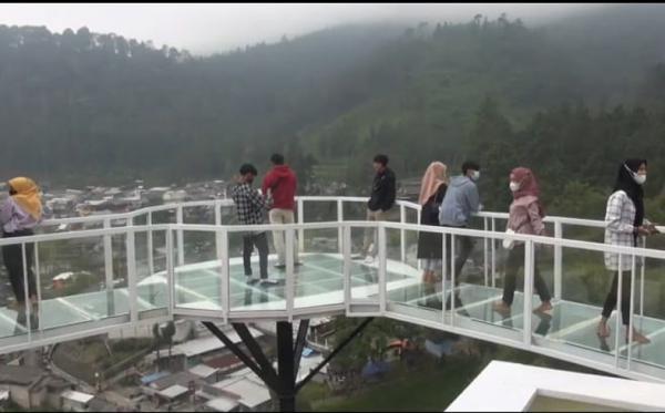 Berwisata sambil Uji Adrenalin di Atas Jembatan Kaca  43 Meter dengan Ketinggian 90 Meter