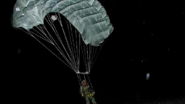Gunakan Pesawat Cassa, Prajurit Intai Amfibi Marinir Terjun Tempur Malam di Desa Banyuputih