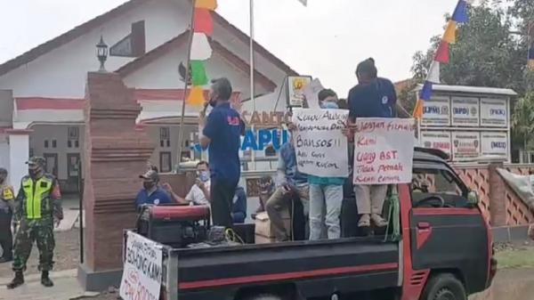 Puluhan Warga Desa Jagapura Kulon Unjuk Rasa, Tuntut Kades Kembalikan Dana BST