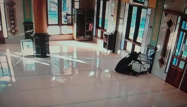 Terekam CCTV, Pria Gondrong Gasak Uang Kotak Amal di Masjid Al Hidayah Subang