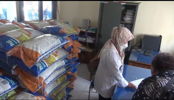 Ratusan Warga Tegal Tak Dapat Bansos, 486 Ton Beras Menumpuk di Kantor Kelurahan