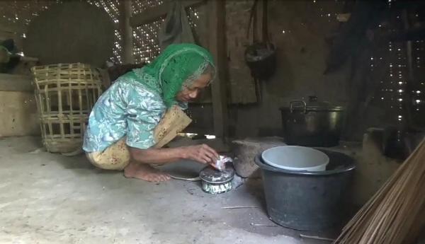 Memprihatinkan, Nenek Tunanetra di Sukabumi Tinggal Sebatang Kara di Gubuk Reyot