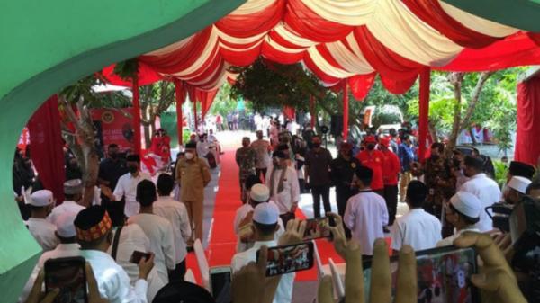 Selawat Badar Sambut Kedatangan Jokowi di Ponpes Darul Muarrif Aceh