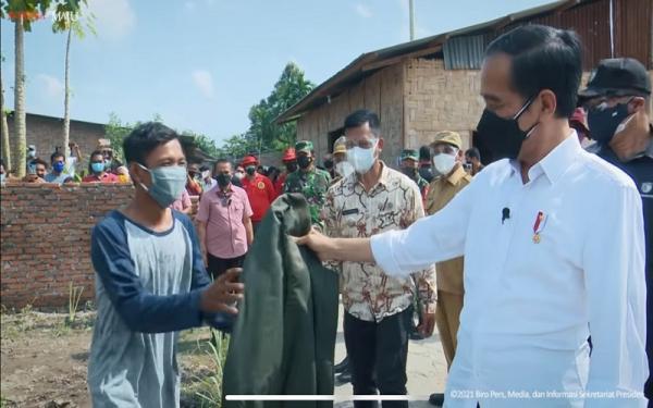 Jokowi Berikan Jaket Bomber ke Warga saat Kunjungi Sumut