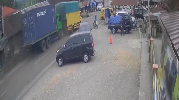 Terekam CCTV, Begini Detik-Detik Pemotor di Agam Lolos dari Maut